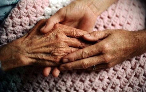 Caregiver familiare, arriva il fondo per l'assistenza di anziani e malati